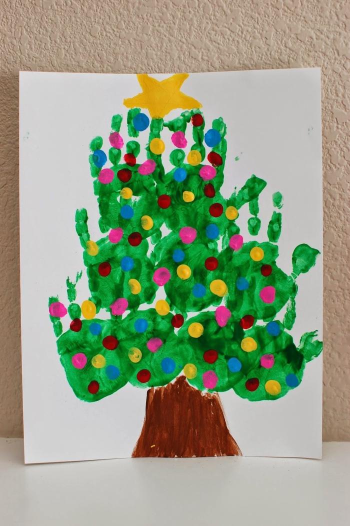tannenbaum malen, basteln mit kindern zu weihnachten, grüne aquarellfarbe, hände