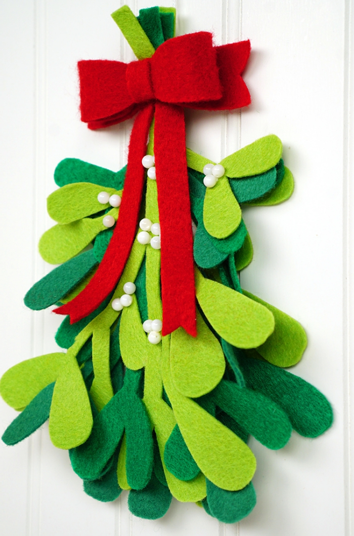 tannenbaum vorlage, rote schleife, türdeko aus filz, hellgrüner und dunkelgrüner stoff