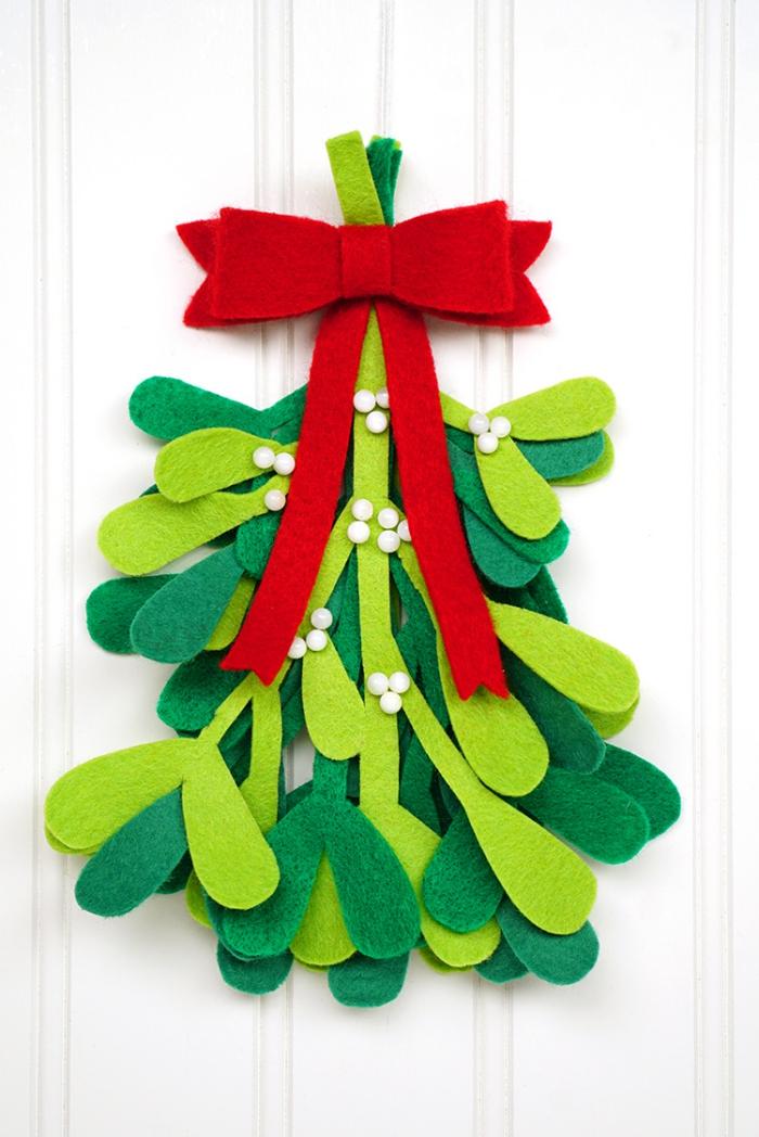 tannenbaum vorlage, weiße tür, große rote schleife, weihanchtsbaum aus filzstoff