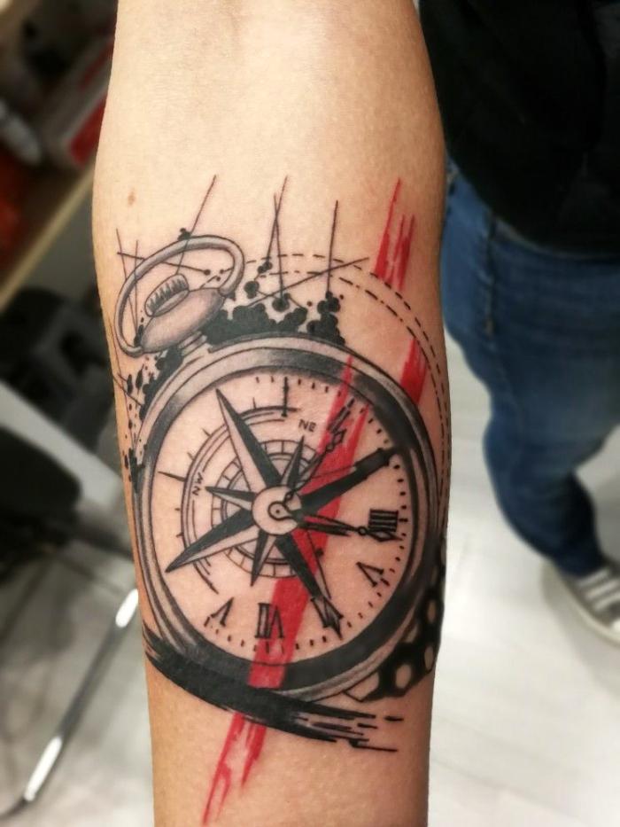 taschenuhr tattoo design in schwarz und rot, arm tätowieren lassen, uhrzahlen