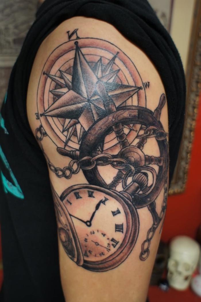 schwarze t shirt, mann mit tätowierung am oberarm, taschenuhr tattoo, steuerrad mit uhr