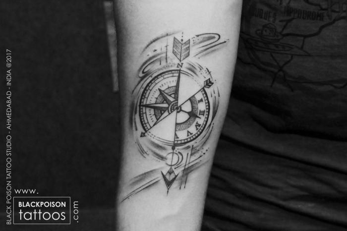 schwarz graue foto, taschenuhr tattoo, blackwork tätowierung ideen, arm