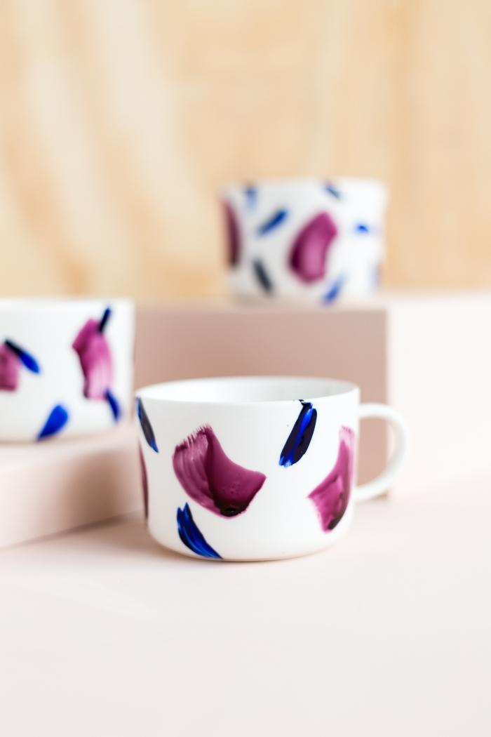 tassen bemalen, aquarell look, blaue und lila porzellanfarbe, streifen machen, diy