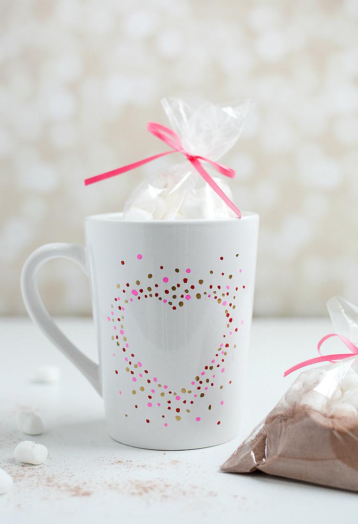 tassen bemalen, geschenk zum valentinstag selber machen, herz aus punkten, kakaopulver