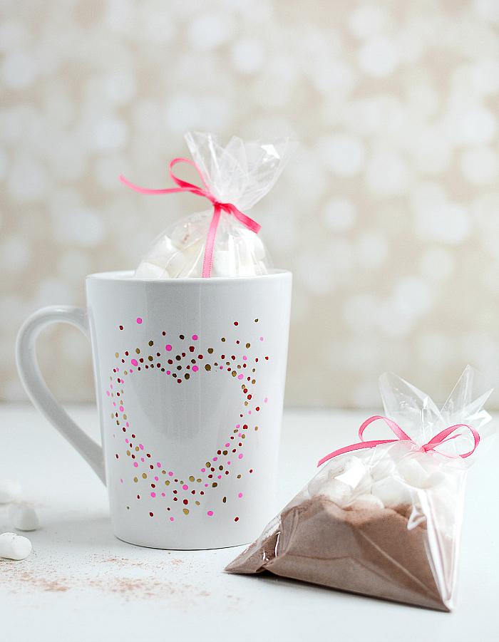 tassen bemalen, rosa schleife, mini marshmallows, diy geschenk, valentinstag