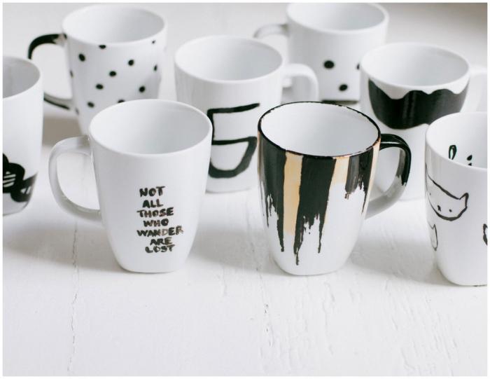 viele kaffeetassen dkeoriert mit schwarzer farbe, tassen bemalen vorlagen, selbstgemacht