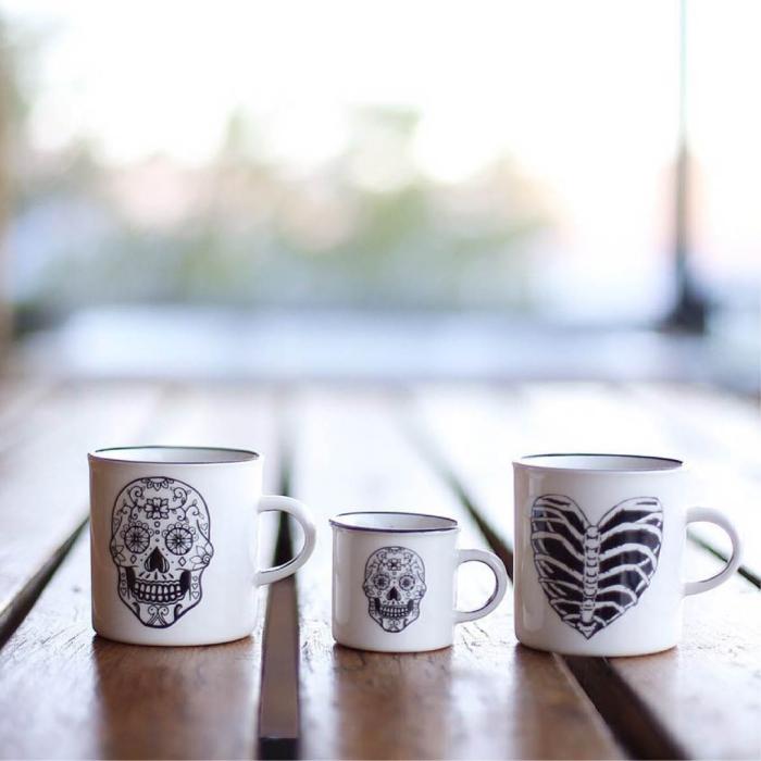 tassen bemalen vorlagen, drei kaffeetassen in verschiedener größe, schädel mit blumen