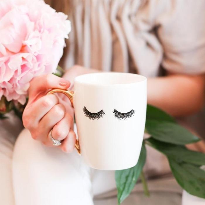 große rosa blume, tassen selbst bemalen, silberner ring mit stein, kaffeetasse mit augen, wimpern