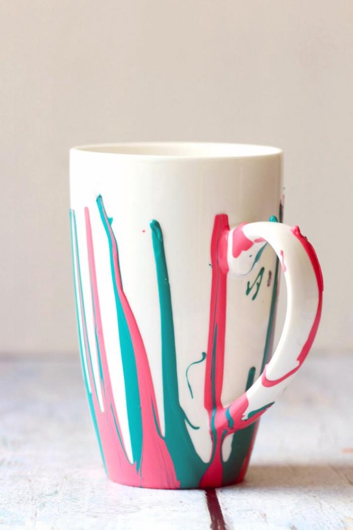 weiße kaffeetasse dkoriert mit bunten farben, tassen zum bemalen, holzdielen