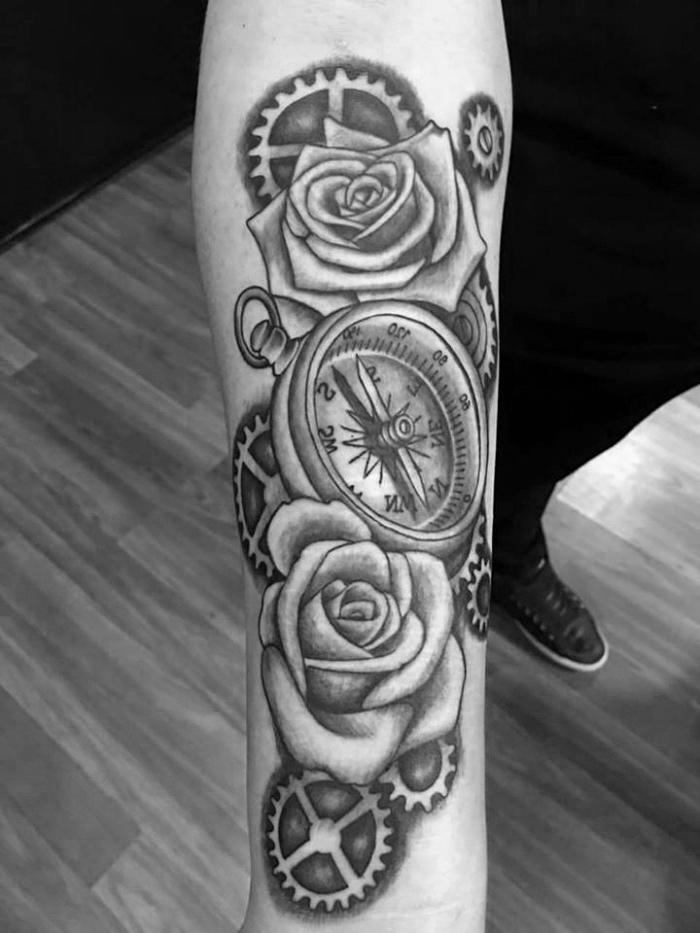 realitische detaillierte tätowierung, viele zahnräder, weiße rose tattoo beduetung