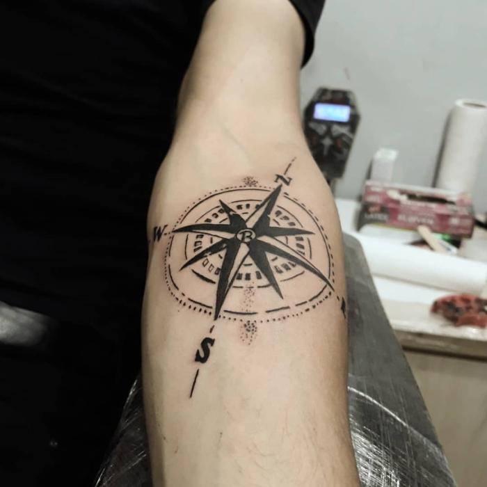blackwork tattoo beduetung, schwarzes t shirt, geometrische elemente, buchstaben