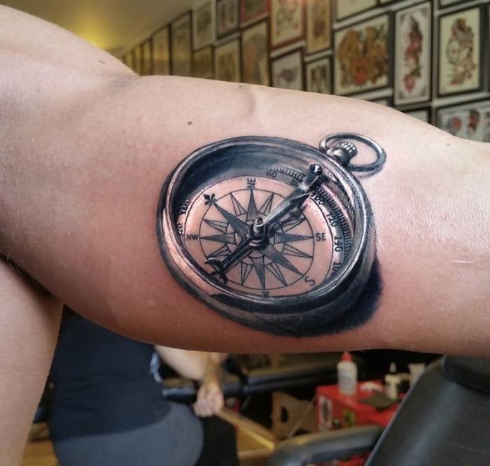 tattoo kompass, mann mit super realitischer tätowierung am oberarm, viele bilder