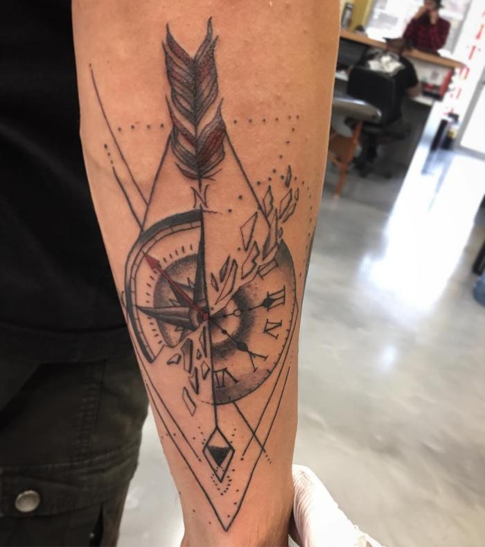 geometrische elemente, tattoo taschenuhr, zerbrochene uhr, roter zieger