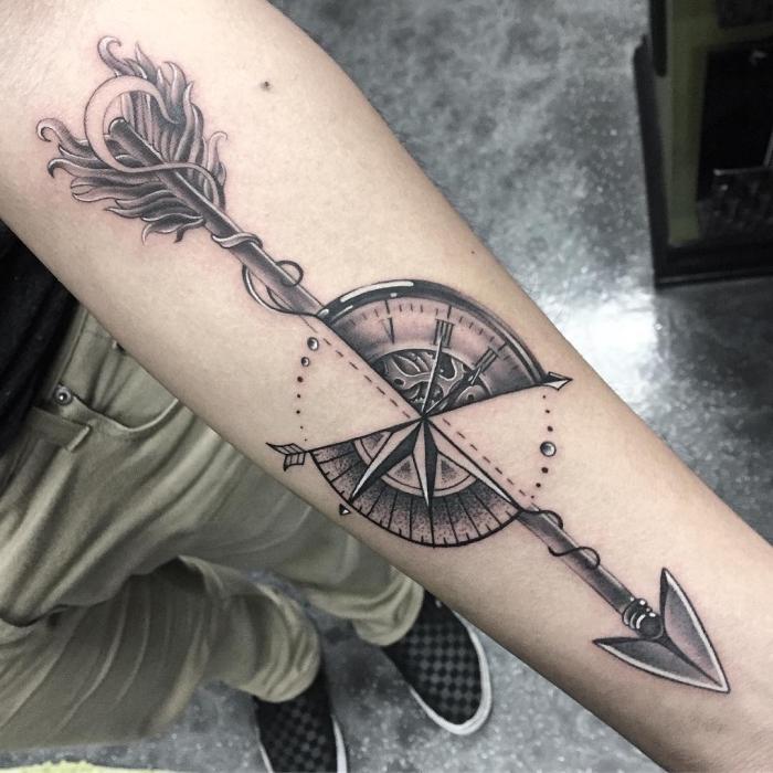 tattoo taschenuhr in kombination mit großem pfeil, arm tätowieren lassen