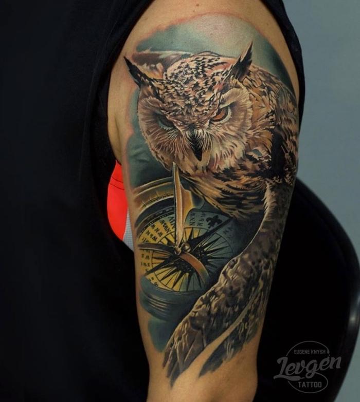 tattoo vorlagen arm, großer vogel, eule als motiv, schwarze bluse, mann