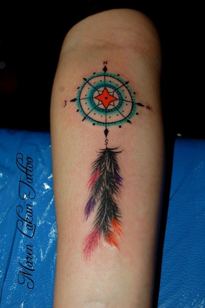 tattoo vorlagen arm, farbige tätowierung, bunte feder, traumfänger