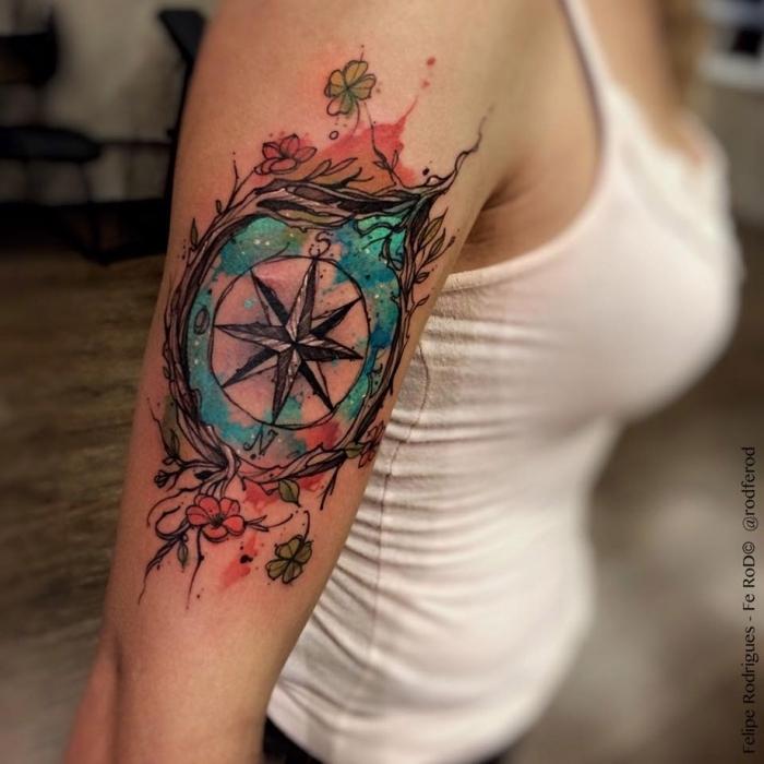 tattoo vorlagen arm, frau mit bunter tätowierung am oberarm, kleine blüten