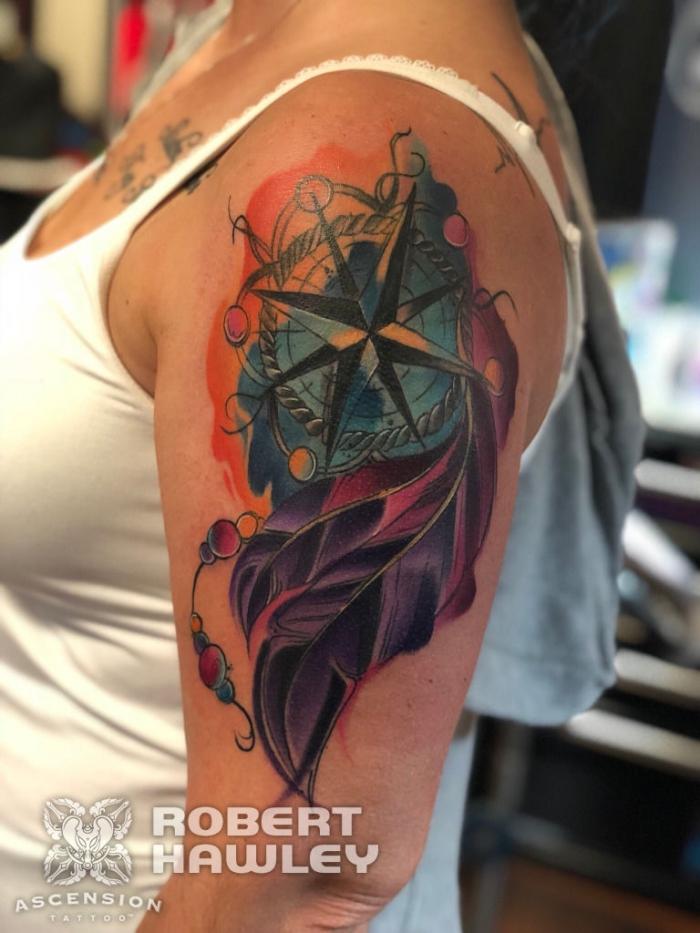 frau mit watercolour tätowierung am oberarm, tattoo vorlagen arm, lila feder