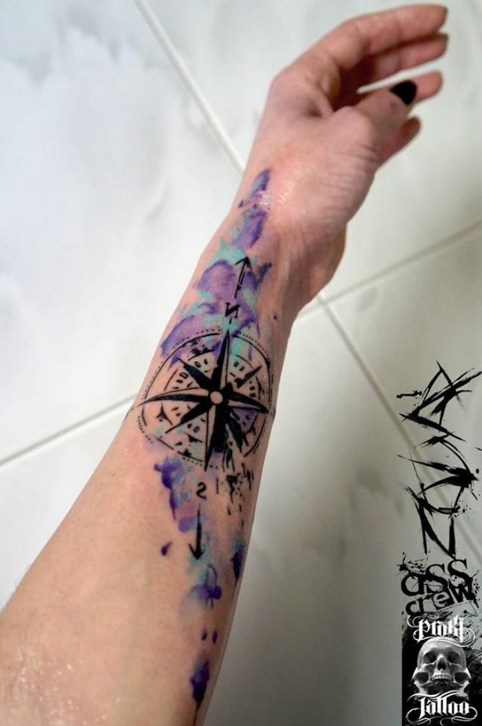 wasserfarben tätowierung in lila und blau, tattoo vorlagen arm, weiße fliesen