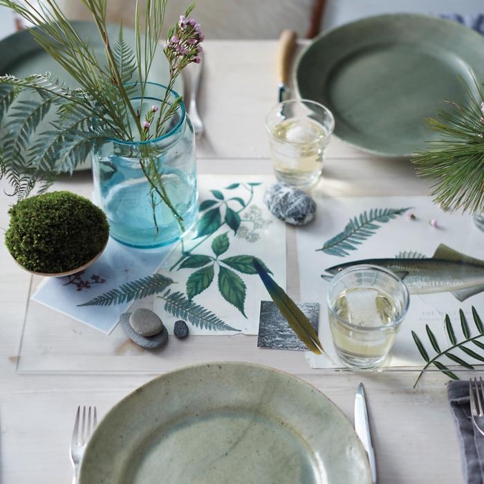 Blumen Tischdeko im Glas, kleine grüne Pflanzen und andere Dekorationen zum Geburtstag