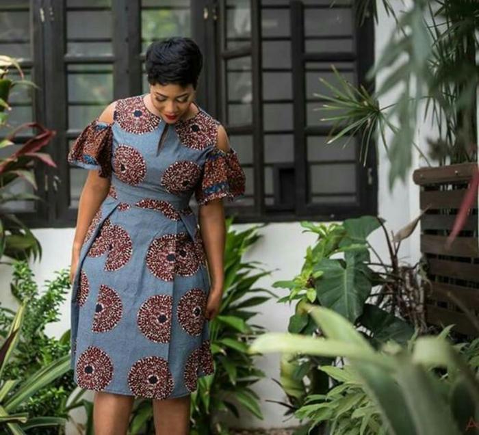 afrikanische mode zum entlehnen, curvy model mit einem blauen knielangen kleid, kurze haarfrisur für frauen