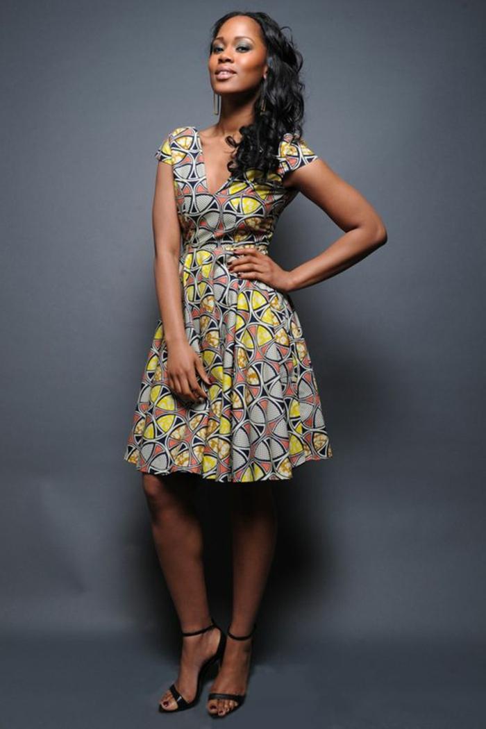 kaftan afrikanische kleidung ideen, eine model trägt afrokleid in pastellfarben, foto am dunkelblauen hintergrund
