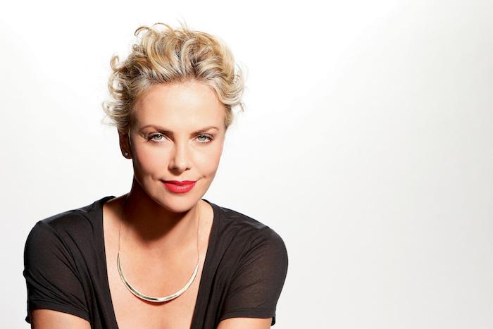 Charlize Theron Haarschnitt, elegante Kurzhaarfrisur, blonde Haare, schwarzes Shirt, roter Lippenstift