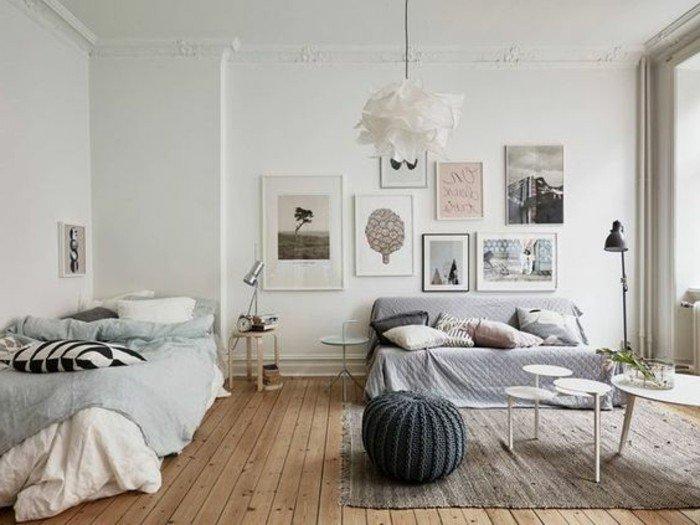 ein graues Sofa, ein grauer Teppich, ein grauer Hocker, weiße Wandfarbe, Wohnzimmer Ideen für kleine Räume