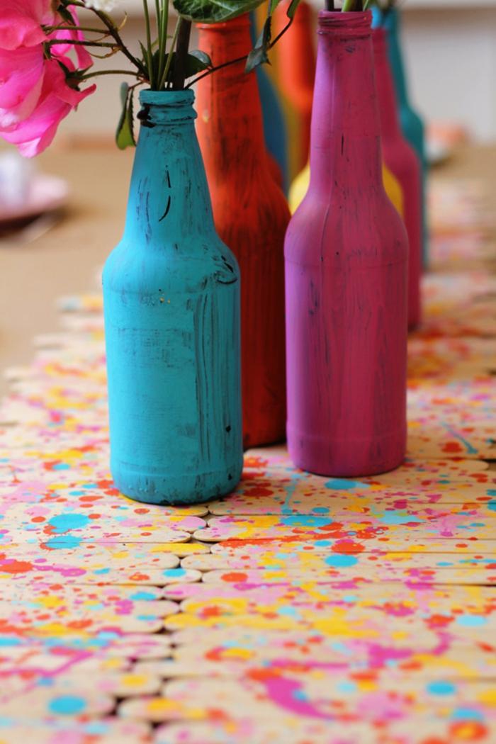 blumen in flaschen tischdeko ideen für den tisch festliche dekorationen, bunte glasflaschen deko