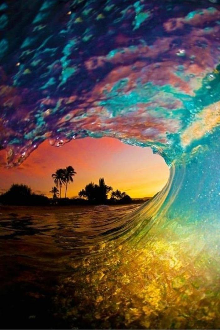 handy wallpaper, bunte farben der sonnenuntergang, eine welle mit tropfen und schaum, palmen und insel küste im hintergrund