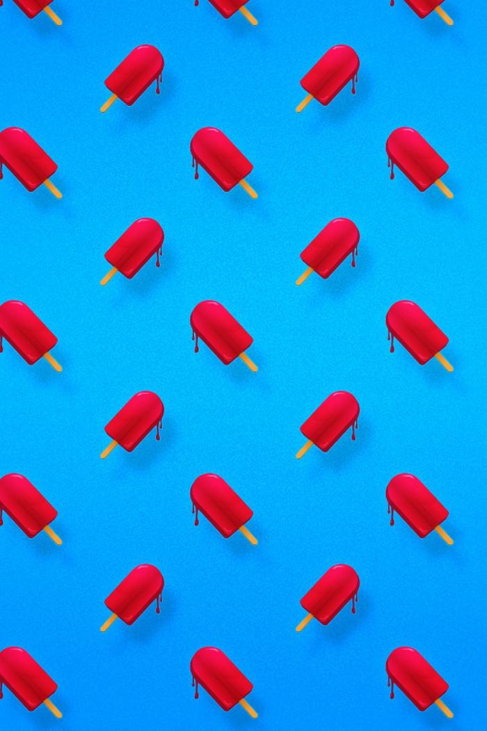 handy wallpaper, blaue wand, hintergrundwand kleines eis, eisstäbchen rote dinge, eis schmilzt