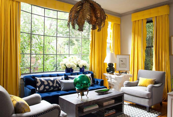 wandfarbe grau mit krass gelben vorhängen kombinieren, großes fenster, blaues sofa, grüner kugel auf dem tisch
