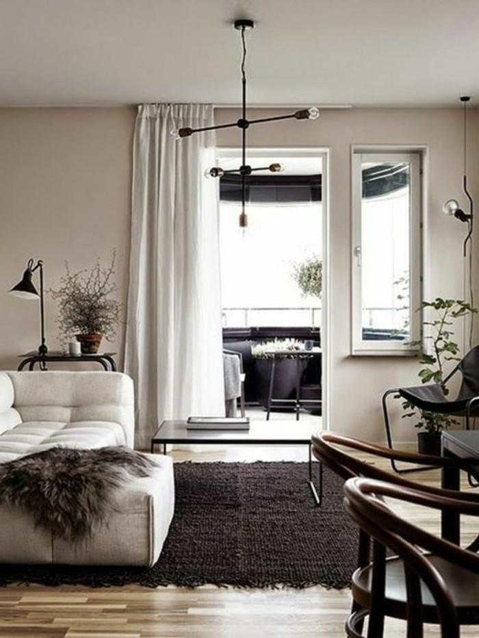 schwarz weiß zimmerdesign ideen, schwarzer teppich, weiße vorhänge, stuhl dekor ideen, kleine terrasse