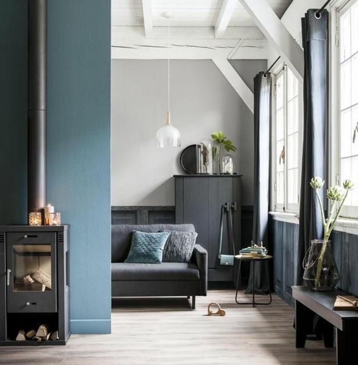 welche farbe passt zu grau, blau, kamin, kaminoffen, sofa, weiße blumen, hängende lampe