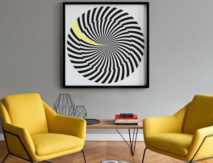 welche farbe passt zu grau, zwei gelbe sessel mit einem kleinen tisch dazwischen und großes wandbild, kunst