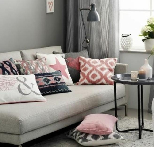 wandgestaltung wohnzimmer, ein sofa mit vielen kissen, rosarot deko, sterne, blumen, vasen, kerzen