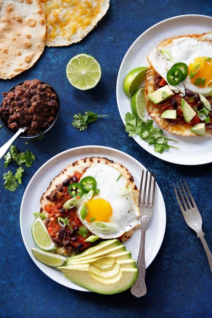 was gehört zum brunch, pfannkuchen mit ei, chili soße und avocado, limetten