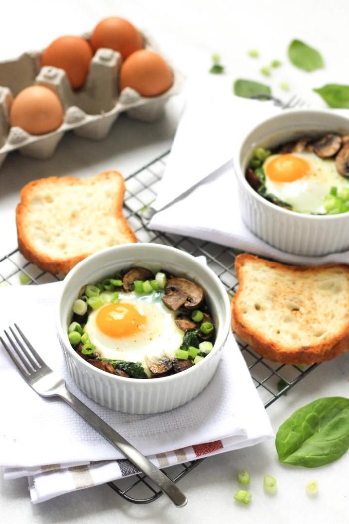 scheiben brot, weiße schalen, frühstück mit pilzen, gemüse und eiern, was gehört zum brunch