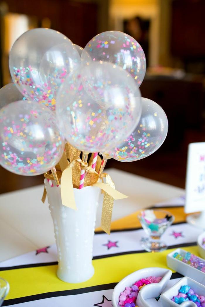 Tischdeko Geburtstag selber machen, Ballons mit Konfetti, goldene Bänder, eine weiße Vase