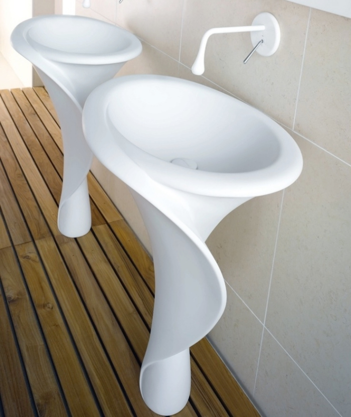 weiße freistehende waschtische aus mineralguss, boden aus holz, designer möbel, badezimmer