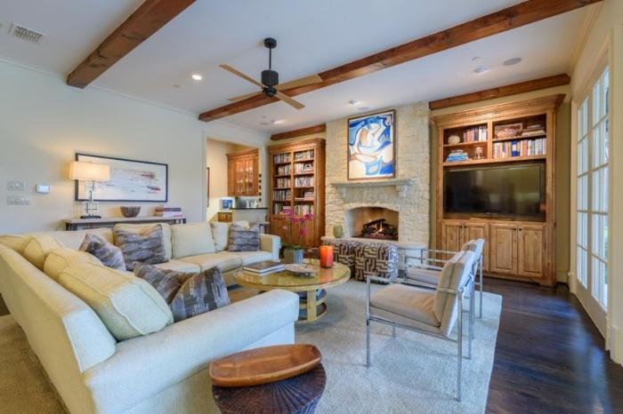ein Zimmer mit einem weißen Sofa und ein grauer Teppich, ein runder Tisch, ein blaues Bild, Wandgestaltung Ideen selber machen