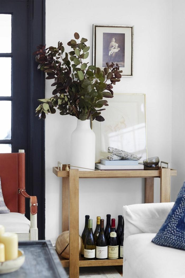 eine weiße Wand, ein kleine Karre mit Getränke, ein altes Bild von Mädchen, Wandgestaltung Ideen selber machen
