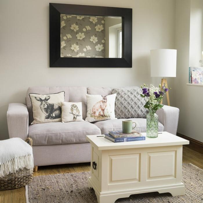 ein großer Wandspiegel, Wandgestaltung Ideen selber machen, ein beiger Sofa mit Kissen mit Tieren