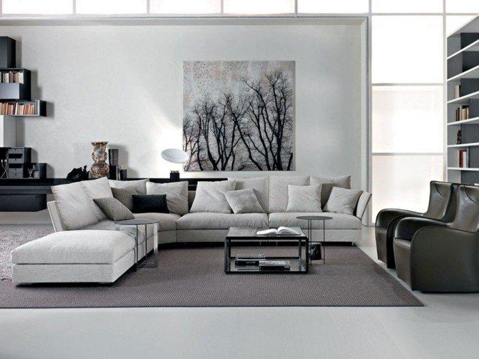 ein weißes Sofa, grauer Teppich, ein graues Bild, zwei schwaze Sessel, Wohnzimmer Ideen für kleine Räume