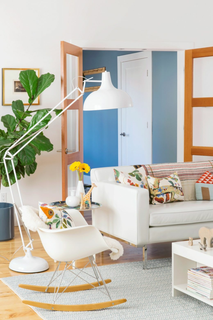 Wandgestaltung Ideen selber machen, weißes Sofa, weißer Schaukelstuhl, blauer Teppich