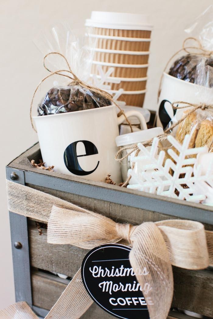 Geschenkkorb zu Weihnachten schenken, mit Kaffee und Bechern, Anhänger und große Schneeflocke