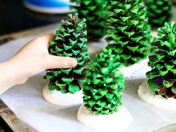 weihnachtsbaum basteln mit kindern, tannenzapfen bemalen, grüne farbe