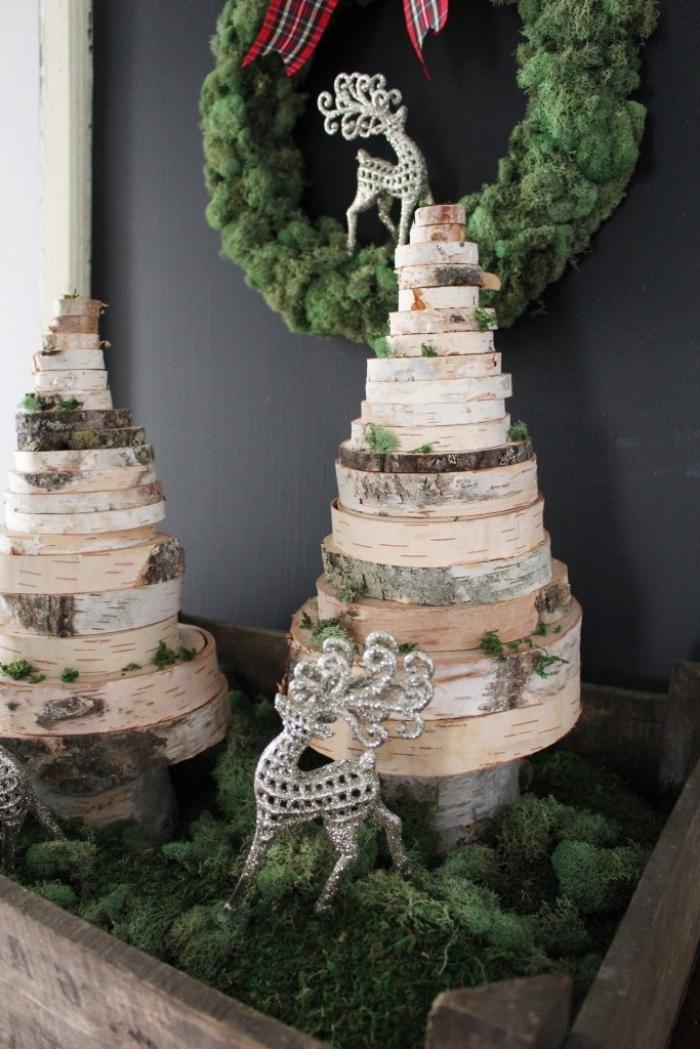 weihnahctskranz aus mooos, tannenböume aus holzscheiben, weihnachtsbaum basteln