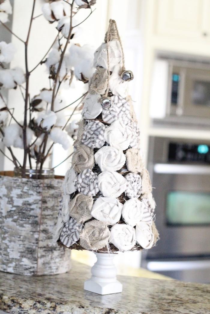 tannenbaum dekoriert mit rosen aus stoff, weihnachtsdeko basteln, vase mit zweigen