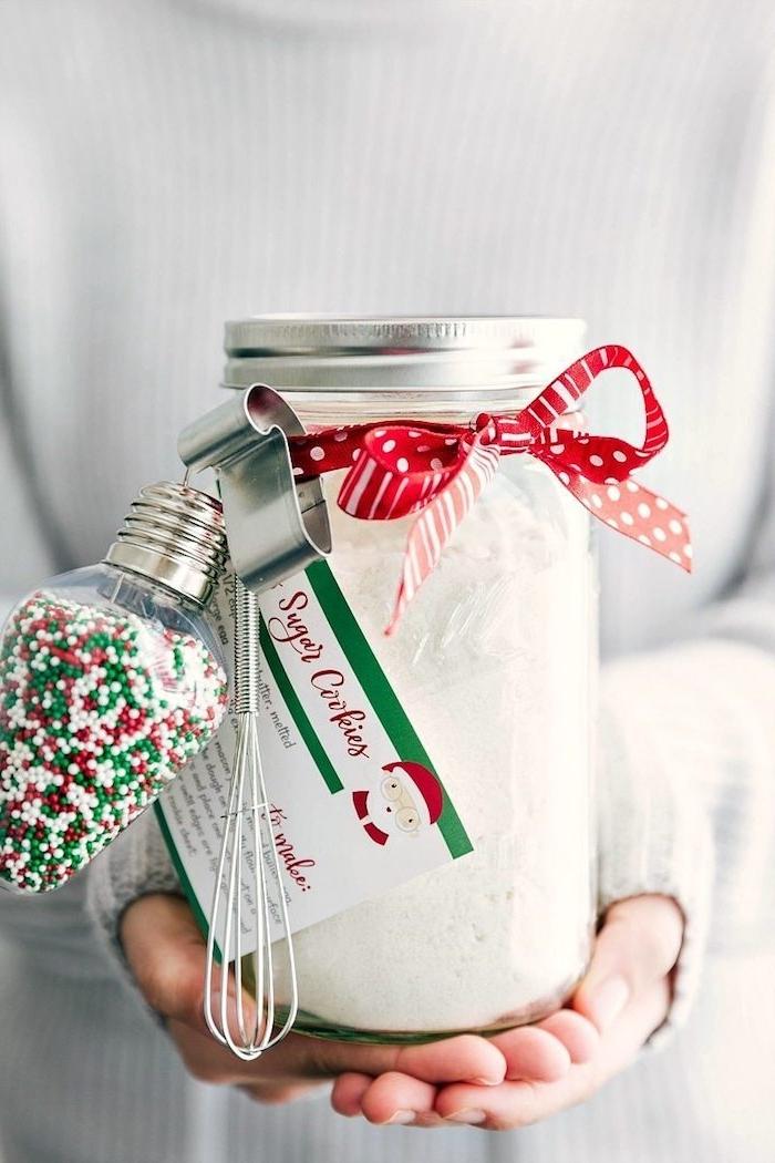 Einmachglas mit Zutaten für Weihnachtsplätzchen zu Weihnachten schenken, verziert mit roter Schleife